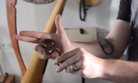how to hold the crank of the hurdy gurdy